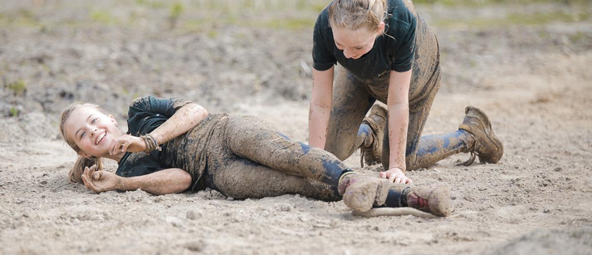 Takkewijf Tessa spelen in de modder